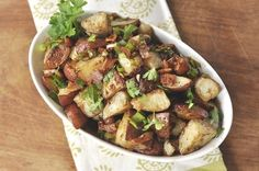 Balsamic Roasted Potato Salad is delicious and a nice alternative to the traditional mayo based potato salad. Roasted Potato Salads, Roasted Potatoes, Roasted Vegetables, Vegetable Side Dishes, Vegetable Recipes, Cooking Recipes, Healthy Recipes, Delicious Recipes, Potato Dishes