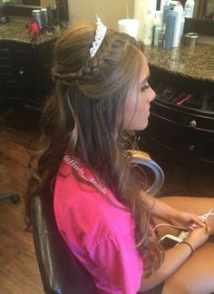 Resultado de imagen para sweet 16 hairstyles with tiaras Sweet 16 Hairstyles, Quince Hairstyles, Tiara Hairstyles, Party Hairstyles, Curled Hairstyles, Trendy Hairstyles, Wedding Hairstyles, Modern Haircuts, Updo Hairstyle