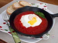 Uovo in purgatorio, una ricetta semplicissima e veloce da preparare, senza pretese, che tutti sono in grado di fare, ma infinitamente buona.