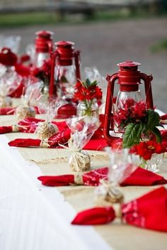 Great idea for an outdoor holiday setting.
