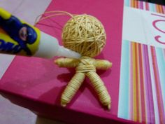 step by step instructions on making a string doll. Diy Yarn Dolls, Diy Doll, Halloween Doll, Halloween Crafts, String Voodoo Dolls, Yarn Crafts, Diy Crafts, Worry Dolls, Gothic Dolls