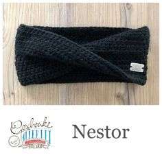 Tunella's Geschenkeallerlei präsentiert: Das ist Nestor, ein nahtlos gehäkeltes Stirnband mit Twist aus einer Alpaka/Wolle/Acryl-Mischung - du kannst dich warm anziehen, dank sorgfältigem Entwurf, liebevoller Handarbeit und deinem fantastischen Geschmack wirst du umwerfend aussehen #TunellasGeschenkeallerlei #Häkelei #drumherum #Stirnband #Twist #Alpaka #Wolle #Nestor