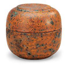 HANS HEDBERG, BURK MED LOCK, BIOT, FRANKRIKE. Starkeldsfajans, spräcklig glasyr i orange och grönt. Signerad HHg. Höjd 13 cm, diameter 14,3 cm.