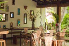 Localizada na Vila do Outeiro, está a 5min de 3 praias: Espelho, Amores e Outeiro. Possui 7 suítes amplas, claras e arejadas, ar condicionado, TV, internet e fr #pousada #BrisasdoEspelho #Trancoso #decoração #espelhos