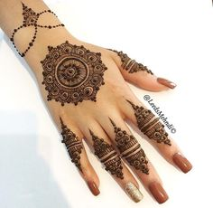 One of the prettiest design I've ever seen!!! Loving this Mehndi