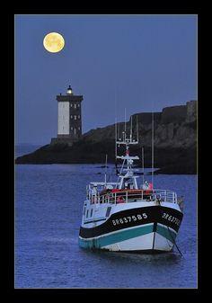 A la pleine lune, les pêcheurs restent aux plumes! Bateau de pêche rentrant au port du Conquet dans le département du Finistère. Bretagne.