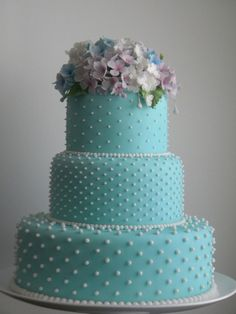 Pretty blue wedding cake with white polka dot details & flower accents❣ Ana Beatriz Carrard