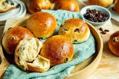 Slik blir hvetebollene ekstra saftige | Coop Marked Dinner Rolls, Hamburger, Baking, Bakken, Dinner Roll, Burgers, Backen, Sweets, Rolls