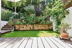 Terrassenidee mit Mauer und Pflanzen. Holen Sie sich weitere Inspirationen auf tulpenbaum.at - Ihr Holzbau & Gartenbau Spezialist. Plants, Green Living Rooms, Horticulture, Flora, Plant, Planting