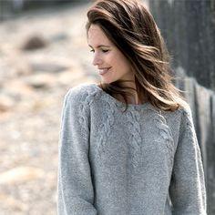 Strik en fin og feminin grå bluse med snoninger.