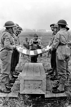 WWI soldier flag respect grave classic americana war posters ¤ WWI photo of a soldier burial. Historia Universal, National Archives, World War One, World History, Military History, Historical Photos, D Day, American History, American Flag