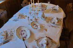 Dieser Tisch wurde mit antikem Geschirr gedeckt... toll!