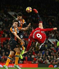 Zlatan Ibrahimovic of Manchester United performs an acrobatic kick with Harry Maguire and Andrea Ranocchia of Hull City during the Premier League. Ronaldo Football Player, Football Icon, Best Football Team, Football Photos, Soccer Players, Newcastle United Fc, Manchester United Football, Bicycle Kick, Messi Soccer