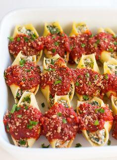 Vegan Stuffed Shells, Spinach Stuffed Shells, Stuffed Shells Recipe, Vegan Foods, Vegan Dishes, Vegan Vegetarian, Vegetarian Recipes, Raw Food Recipes, Cooking Recipes