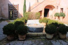Hacienda de olivar del SXVII restaurada con gran cuidado y esmero por su originalidad. Está a 10' del aeropuerto de Sevilla.