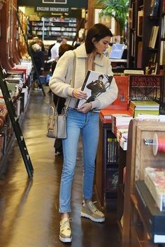 Kendall Jenner style and outfits are always praised by fashion-forward people because she is always experimenting with her beauty looks. Girls are extremely Mode Outfits, Casual Outfits, Fashion Outfits, Fashion Trends, Trendy Fashion, Latest Fashion, Look Star, Best Street Style, Mode Ootd