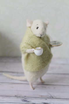 This lovely little mouse is handmade from high-quality merino wool (produced in New Zealand) using needle felt techniques. You get it holding a porcelain cup and the saucer (a real porcelain, not plastic). Inside there is a wire frame, which makes paws a Needle Felted Animals, Felt Animals, Wet Felting, Needle Felting, Muñeca Diy, Stuart Little, Felt Mouse, Cute Mouse, Felt Art