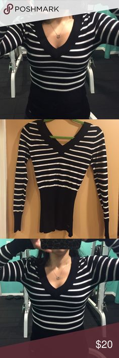 Guess long sleeve sweater- V NECK GUESS long sleeve sweater- only worn ONCE Sweaters V-Necks