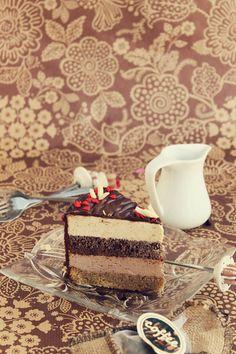 Tort cu mousse de ciocolata si cafea, un tort cu straturi fine de mousse de ciocolata si mousse de cafea si blaturi insiropate.