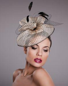 Tocados para ceremonia, bodas y eventos. Modelo Violeta Sinamay