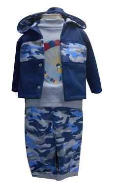 Chamarra con capucha, playera manga larga cuello alto estampada y pantalón doble vista. Tallas 3, 6, 12 y 18 meses.