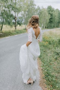boho wedding makeup Lace wedding gown by By Malina Bridal Wedding Dress Sleeves, Bridal Wedding Dresses, Modest Wedding, Lace Weddings, Lace Bride, Bridal Hair And Makeup, Wedding Makeup, Sag Ja, Lace Gowns