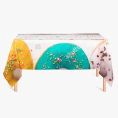 Tafelkleed Donuts | Fleur je keuken op met dit weerbestendige tafelkleed bestaande uit geweven linnen met PVC.   #tafelkleed #keukentextiel #keuken #kleed #pvc #print #opdruk #tafel #weerbestendig #donuts #donut #snack #suiker