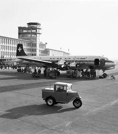 Eine Douglas DC-4 steht im März 1953 vor dem Kontrollturm in Zürich-Kloten.   © ETH-Bibliothek Zürich, Bildarchiv/Stiftung Luftbild Schweiz