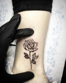 """128 To se mi líbí, 2 komentářů – Dimitrij Chuperka (@dima_tattoo_ink) na Instagramu: """"Pidi Růžička #blackworktattoo #minitattoo #blxckink #rose #rosetattoo #tattoo…"""""""