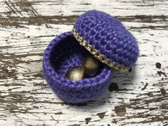 Free crochet gift box pattern. Super easy for beginners