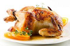 Kuře plněné plátky pomeranče, limetky a citrónu, potřené citrusovou šťávou, upečené v troubě dozlatova.