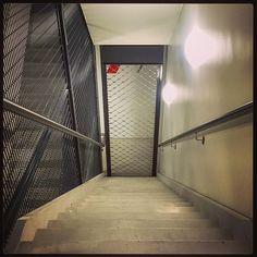 Witheet! Lft op de 9de buiten werking en in het trappenhuis dit hek...