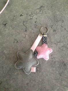 Sleutelhanger ster grijs / rozeZelf maken? kijk voor vilt eens op www.bijviltenzo.nl
