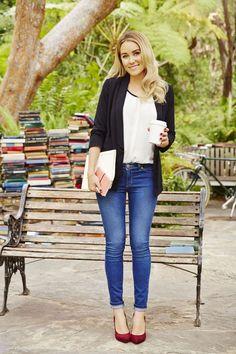 Lauren Conrad é designer de moda e personalidade da televisão americana, e seus looks despojados e modernos sempre fazem sucesso! Com 31 anos, ela consegue unir o casual com detalhes que deixam a produção nada básica  INSPIRE-SE: GUARDA-ROUPA Muito jeans com várias tonalidades, saias rodadas midi e curtas, vestidos leves fazem parte dos looks …