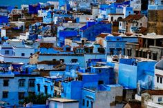 MAROCCO: Chefchaouen, la città blu cobalto del Marocco, situata ai piedi delle montagne del Rif. E' un luogo surreale, una bolla di colore, dichiarata dall'Unesco Patrimonio Mondiale dell'Umanità. Le sue origini risalgono al 1471 quando la popolazione era composta prettamente da esiliati andalusi (Marocco Magico)