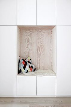 Kreativlinge // Einfache Ideen mit Sinn (A Pinch of Style) Kreativlinge // Einfache Ideen mit Sinn The post Kreativlinge // Einfache Ideen mit Sinn (A Pinch of Style) appeared first on Stauraum ideen. Wood Storage, Storage Spaces, Ikea Storage, Estilo Interior, Built In Desk, Dining Nook, Interiores Design, Ideas Interiores, Interior Inspiration