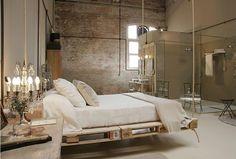 Zwevend bed gemaakt van oude paletten. Meer ideeën met oude paletten op: http://www.interieurdesigner.be/interieurtips/detail/creatief-interieur-met-paletten