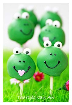 Smile-inducingly cute frog face cake pops.