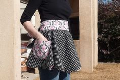 Scalloped Edge Retro Apron - oh so cute! I have one in my apron stash :)