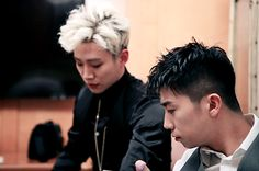 Nichkhun and Chansung set out as photographers behind the scenes of 2PM's jacket…