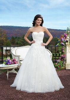 Gesticktes elfenbeinfarbenes A-Linien Brautkleid mit Perlen und Spitze sowie einem Herzausschnitt - von Sincerity