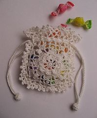 The reminiscence of white flowers pattern by Hobbyra Hobbyre kleine Tasche Crochet Sachet, Crochet Pouch, Thread Crochet, Love Crochet, Crochet Gifts, Irish Crochet, Crochet Doilies, Crochet Flowers, Knit Crochet
