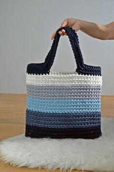 Se trata de un bolso de mano de ganchillo hecho a mano. Será perfecto para su viaje a la playa o a la ciudad! Este bolso hecho de cuerda 5 de poliéster de color diferente (azul-azul-suave luz azul marino-blanco) que va a ser muy duradero y fácil de limpiar. Acaba de poner en la lavadora y va a ser limpio otra vez :) Si no encuentras un color que te gusta - no dude en escribirme, tal vez tengo :) Tamaño del bolso es ~ 36 cm de ancho y ~ 37cm de alto (sin asa) - (14,17 x 14,56 pulg.) Mangos...