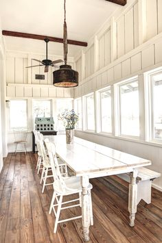 31 Amazing Modern Farmhouse Interior Design Ideas As far as home interior decorating is concerned, every nook and corner has to be studied so that the available space is utilized to the maximum. A good interior decorator should be able… Continue Reading → Farmhouse Interior, Modern Farmhouse Kitchens, Modern Farmhouse Decor, Farmhouse Homes, Vintage Farmhouse, Farmhouse Design, Modern Barn, Rustic Modern, Industrial Farmhouse