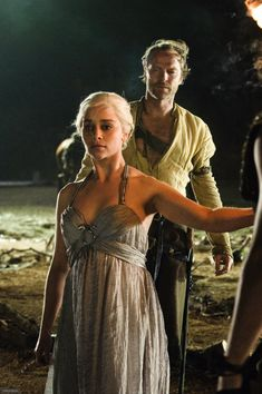 Game of Thrones (series 2011 - ) Starring: Emilia Clarke as Daenerys Targaryen and Iain Glen as Jorah Mormont. Emilia Clarke Daenerys Targaryen, Game Of Throne Daenerys, Arte Game Of Thrones, Game Of Thrones Fans, George Rr Martin, Winter Is Here, Winter Is Coming, Ser Jorah Mormont, The Mother Of Dragons