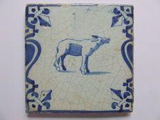 Antieke Kandelaber tegel met balkende ezel (zeldzame afbeelding)