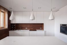 Whether it's for your new kitchen or you will be painting old kitchen cabinets white. Enjoy this gallery of white kitchen cabinets and design ideas. White Kitchen Backsplash, White Kitchen Decor, White Kitchen Cabinets, Kitchen And Bath, Living Room Decor Tips, Ceiling Design Living Room, Living Room Designs, Lustre Retro, Lustre Led
