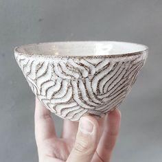 En karvad skål i grå lavalera
