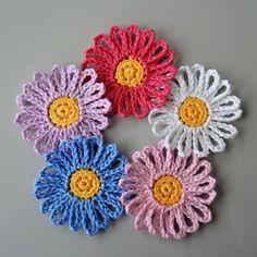 Háčkované květinky 1. Crochet For Beginners, Crochet Flowers, Crochet Earrings, Crochet Patterns, Sewing, Fabric, Crafts, Flowers, Bebe