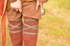 Nadelbinden Kniestrumpf / Naalbinding Knee S. Nadelbinden Kniestrumpf / Naalbinding Knee Sock I Love this! Viking Garb, Viking Reenactment, Viking Dress, Viking Costume, Medieval Costume, Viking Ship, Norse Clothing, Medieval Clothing, Card Weaving